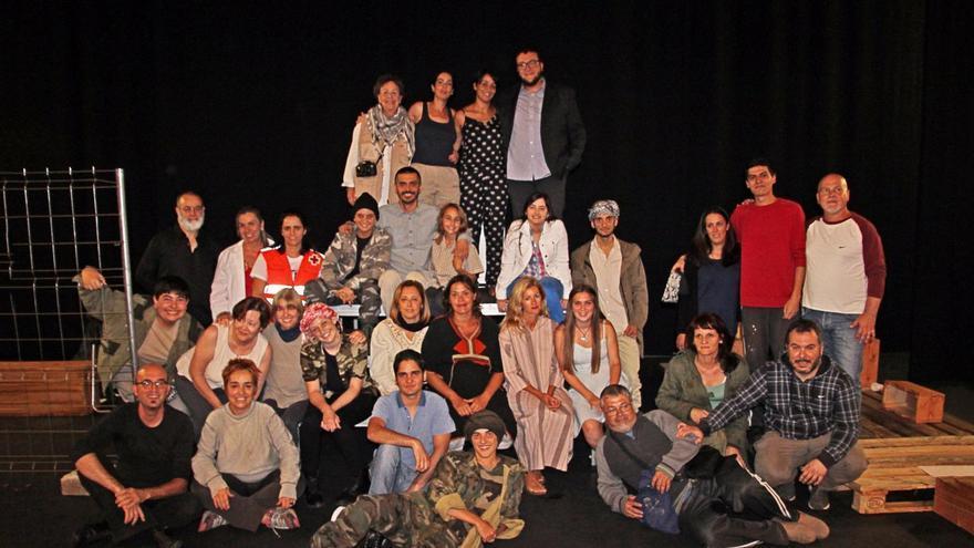 Grupo de adultos y jóvenes de la Escuela Municipal de Teatro Pilar Rey de Santa Cruz de La Palma. Foto: JOSÉ AYUT.