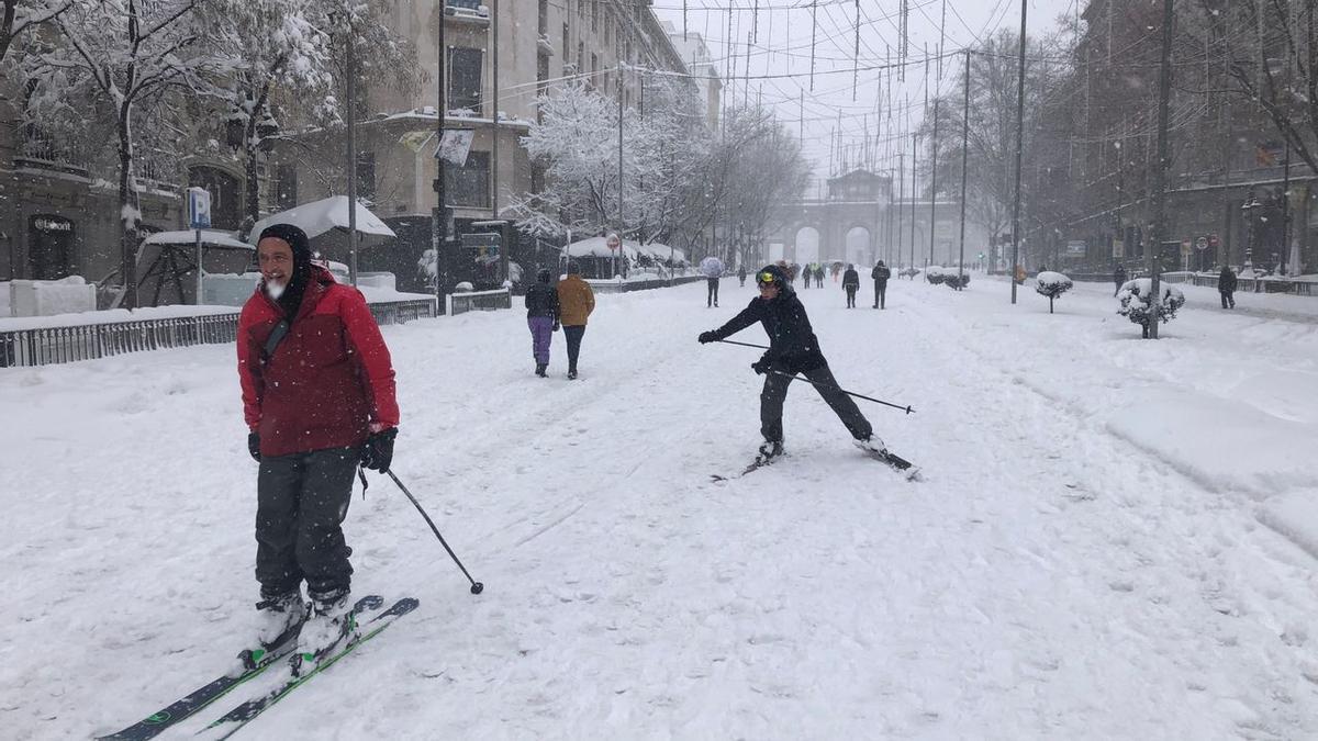 La gran nevada en Madrid dejó imágenes como esta, en la que varias personas sacaron los esquíes por la Gran Vía y la calle de Alcalá