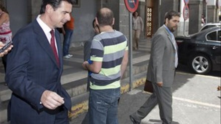 José Manuel Soria y Francisco Benítez Cambreleng, a la salida del Palacio de Justicia. (ACN PRESS)