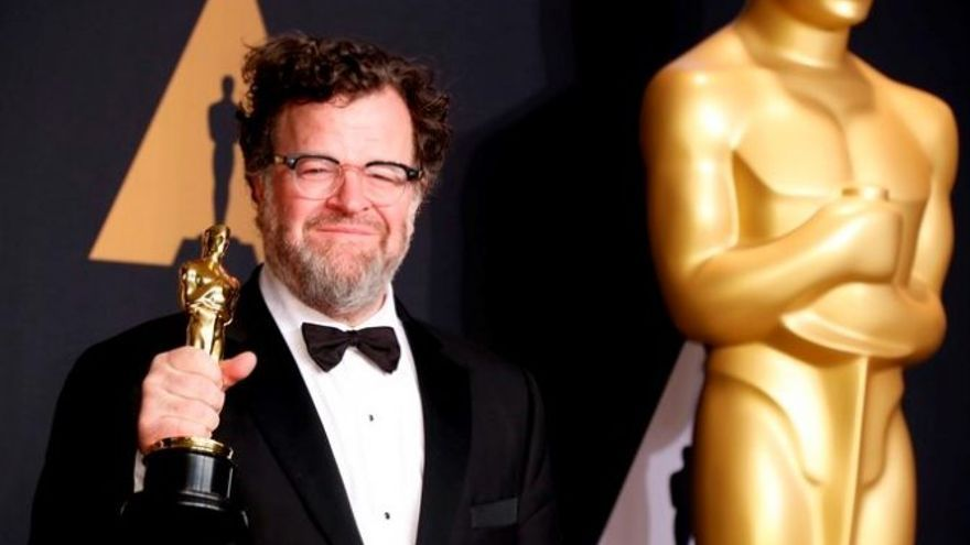 Kenneth Lonergan con su estatuilla a mejor guion
