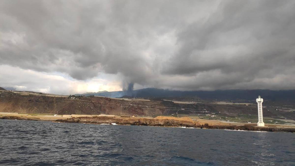 El avance la lava en La Palma visto desde el mar.