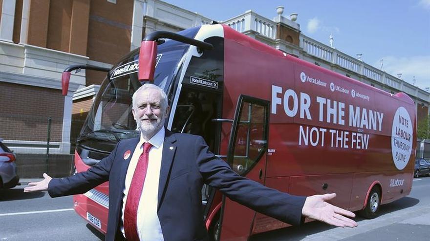 Corbyn, junto el autobús de su campaña en Manchester el 9 de mayo.