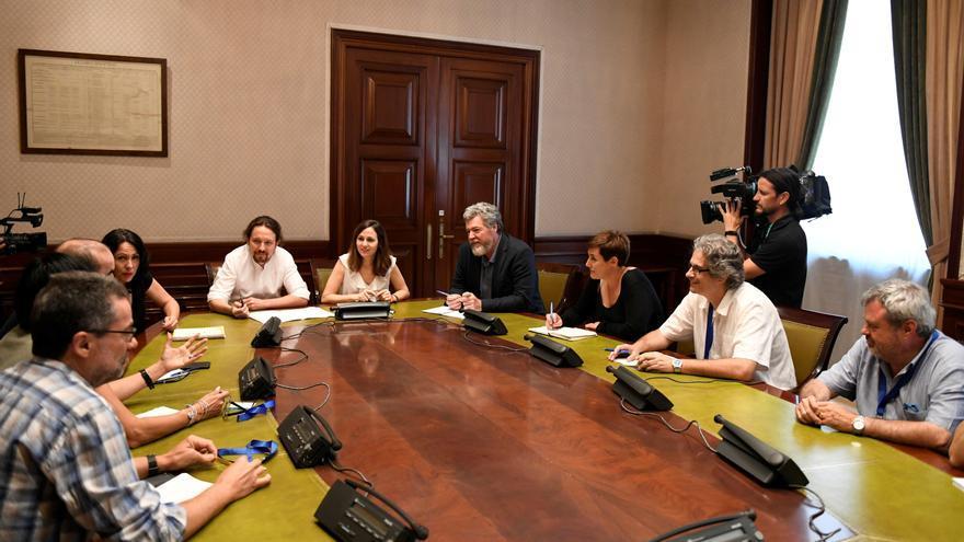 Pablo Iglesias, Juan López de Uralde, Ione Belarra y Eva García se reúnen en el Congreso con Amigos de la Tierra, Ecologistas en Acción, Greenpeace, SEO/BirdLife y WWF.