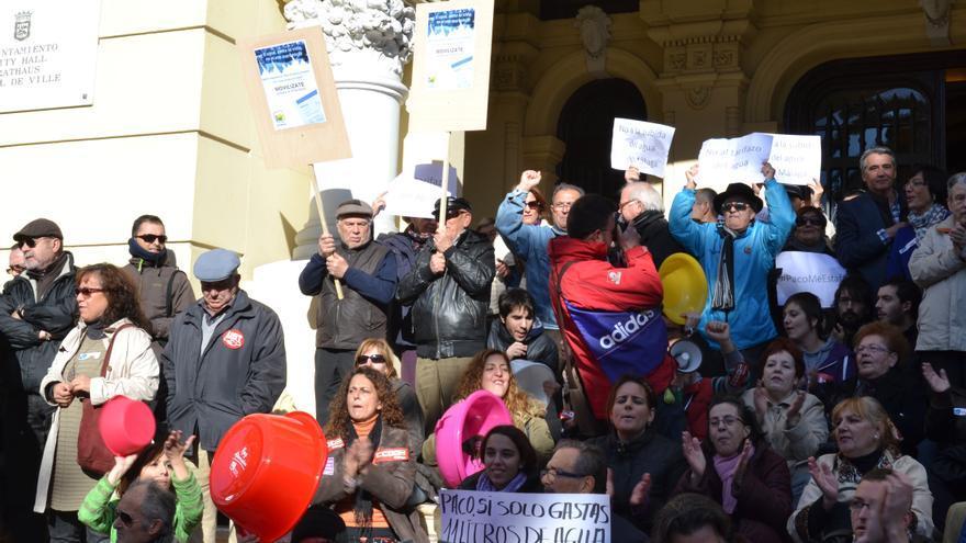 Concentración de protesta delante del Ayuntamiento de Málaga