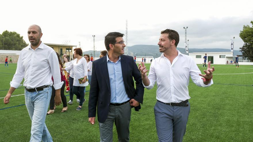 El presidente de la Diputación conversa con el alcalde de la Font de la Figuera
