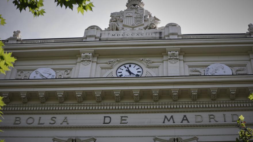 Parte superior de la fachada del edificio de la Bolsa de Madrid