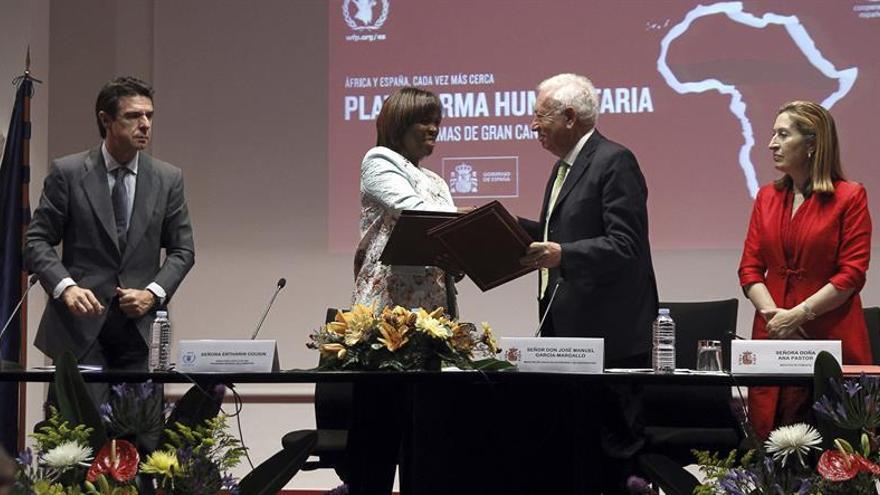 El ministro de Asuntos Exteriores, José Manuel García-Margallo, saluda a Ertharin Cousin, Directora Ejecutiva del Programa Mundial de Alimentos, en presencia de los ministros de Fomento, Ana Pastor, e Industria, José Manuel Soria. EFE/J.J. Guillén.