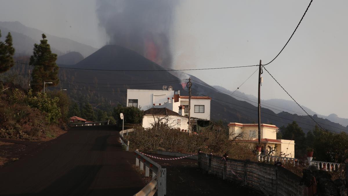 Erupción de La Palma vista desde Tacande de Arriba este domingo. (ALEJANDRO RAMOS)