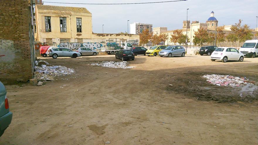 El solar de la ermita de Orriols que se utiliza como aparcadero