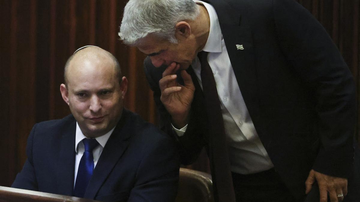 Naftali Bennett será primer ministro israelí por dos años y Yair Lapid (d) ocupará el cargo otros dos