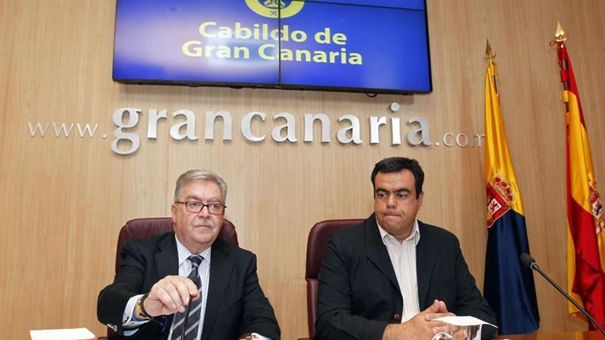 El presidente del Cabildo de Gran Canaria, José Miguel Bravo de Laguna (i), y el consejero de Turismo, Melchor Camón. EFE