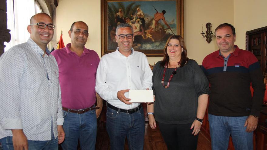 Acto de entrega al Ayuntamiento de Santa Cruz de La Palma de la recaudación del concierto solidario de Los Benahoare.