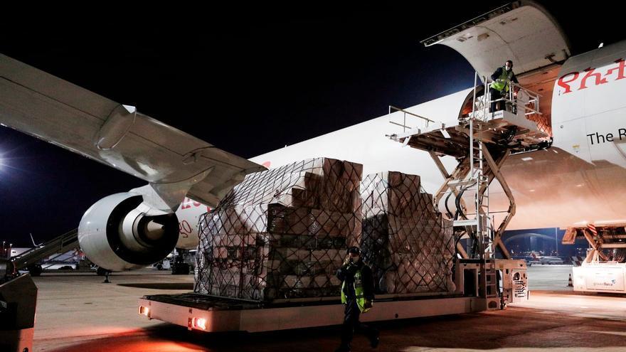 Un momento de la descarga del equipamiento en el aeropuerto de Manises.