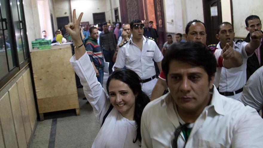 Un tribunal egipcio absuelve a una activista de EEUU detenida hace tres años