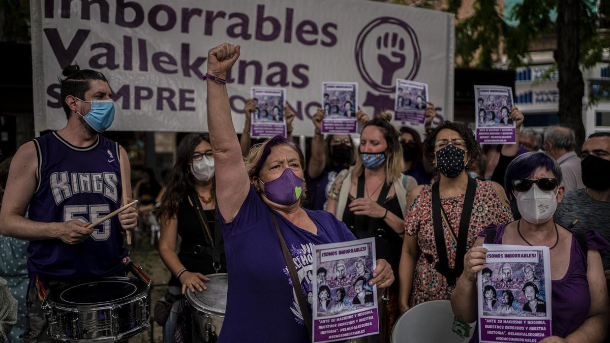 Varias mujeres protestan en Vallecas contra el borrado de un mural feminista