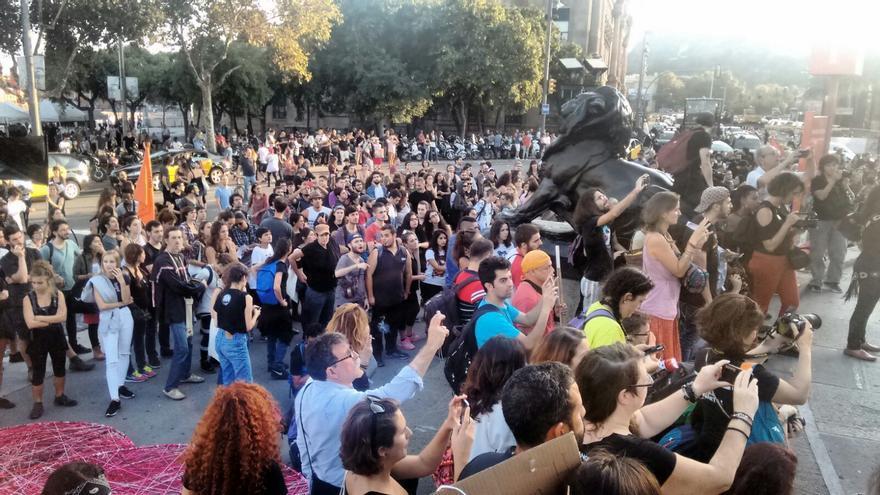 La marcha anticolonialista ante el monumento a Colón, al final de las Ramblas de Barcelona