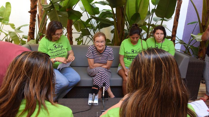 Anna Castan, rodeada de Kellys, contesta las preguntas de la entrevsita