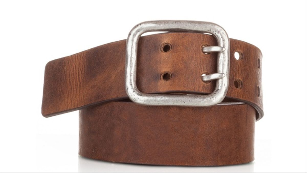 Cinturón de cuero gastado con hebilla de plata