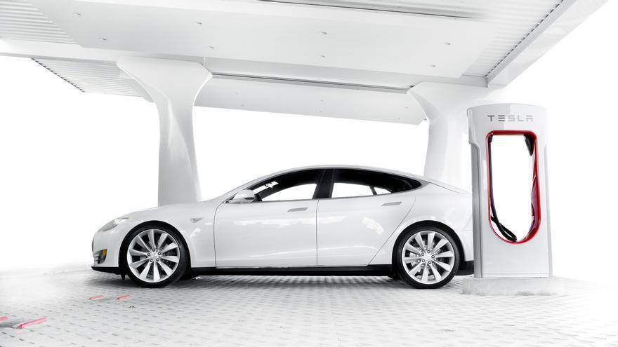 Un Tesla Model S cargando batería desde un Supercargador