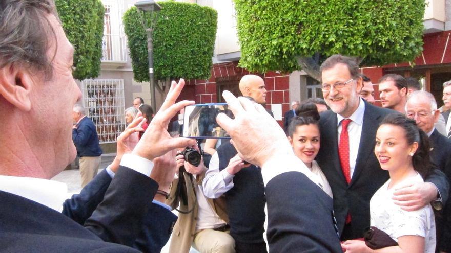 Rajoy se carga de lectura en la Feria del Libro de Almería para encarar la precampaña electoral