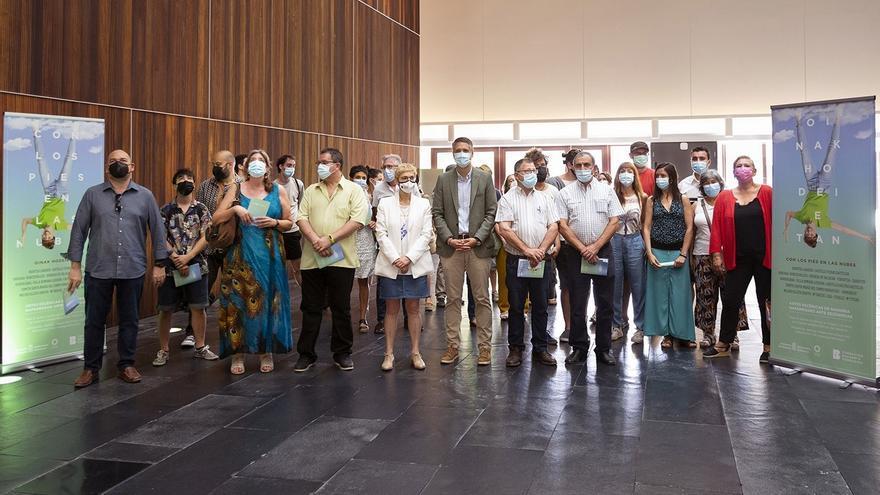 El director general de Cultura, Ignacio Apezteguía, con responsables del programa 'Con los pies en las nubes' y miembros de los grupos que participan en él