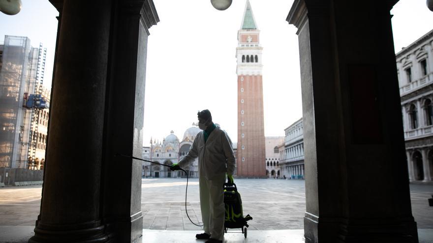 Un trabajador desinfecta la Piazza San Marcos en Venecia (Italia).