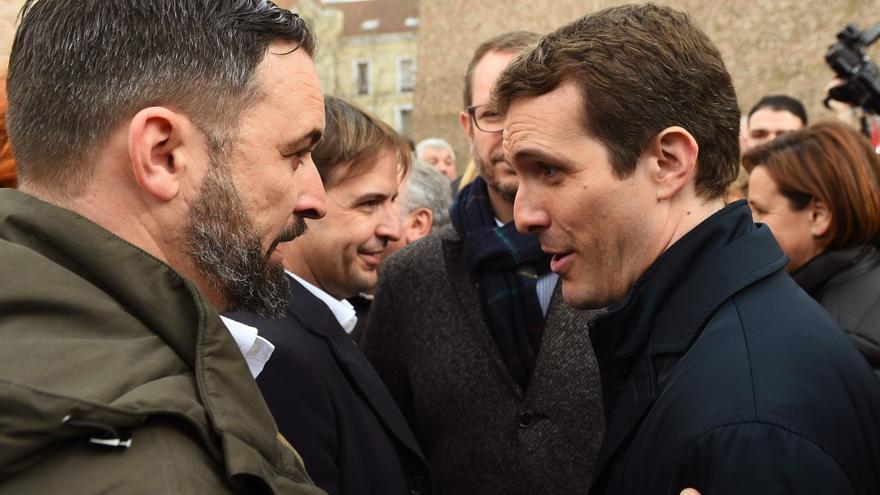 El presidente de Vox, Santiago Abascal, y el presidente del PP, Pablo Casado, conversan tras finalizar la concentración este domingo en la plaza de Colón de Madrid