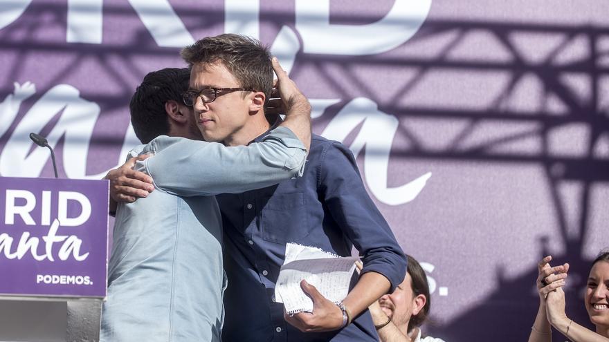 Ramón Espinar abraza a Íñigo Errejón durante el acto de Podemos el 2 de mayo de 2017.