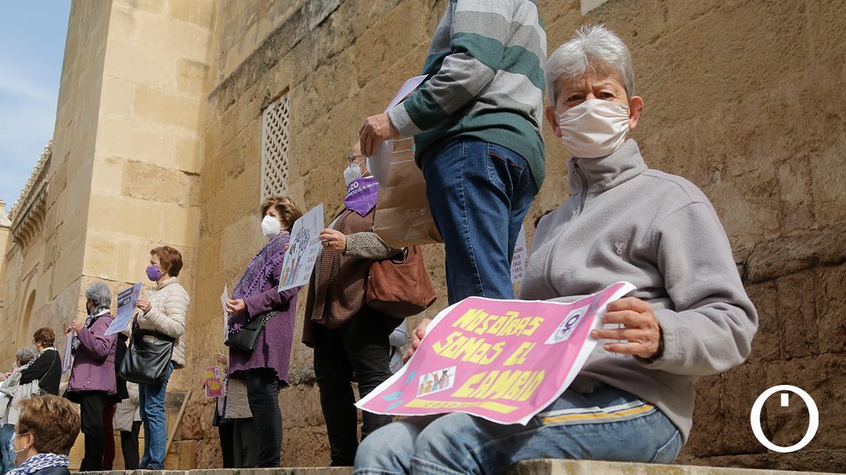 Mujeres Cristianas de Córdoba se concentra por la desigualdad en la Iglesia.