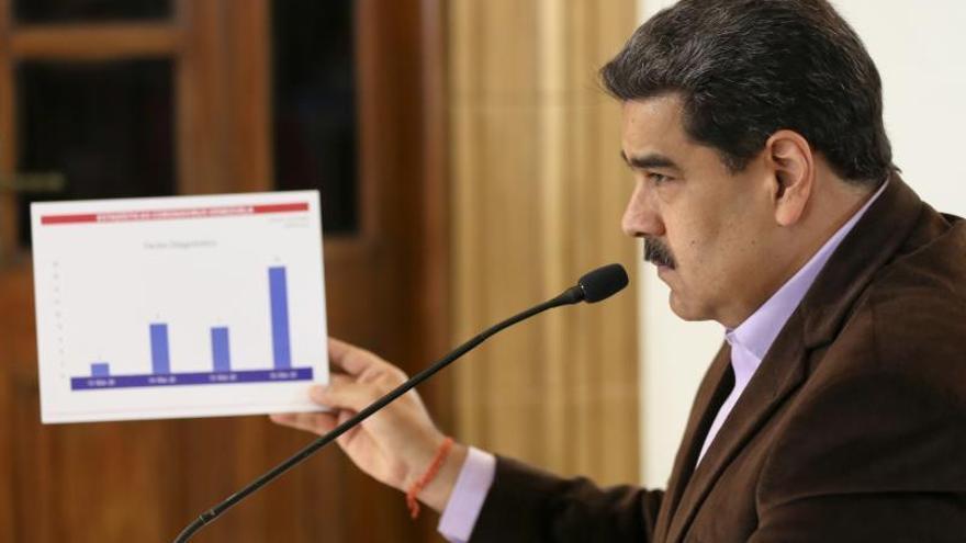 Fotografía cedida por prensa de Miraflores que muestra al presidente de Venezuela, Nicolás Maduro, mientras participa en una reunión con miembros de su gabinete en Caracas (Venezuela).