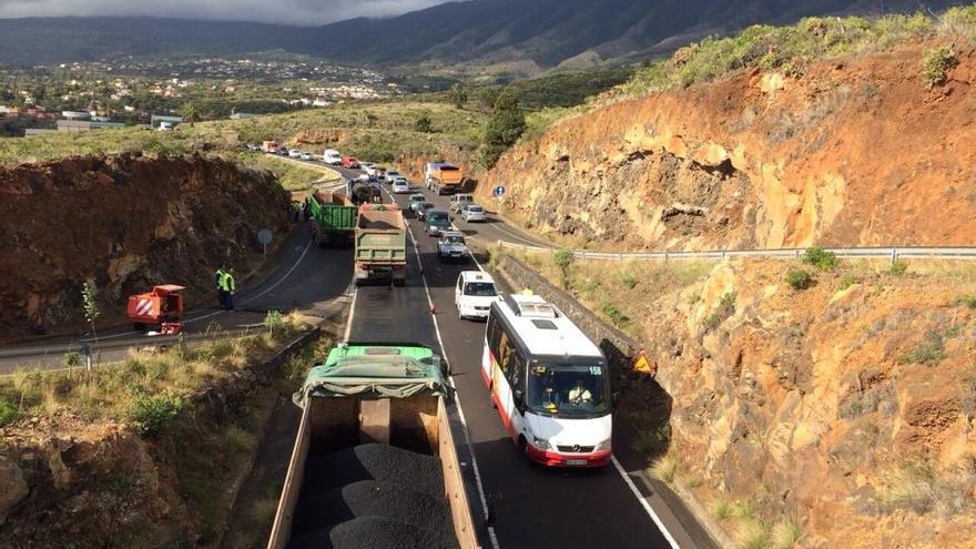 Los trabajos repavimentando  en el cruce de El Molino están produciendo retenciones en la carretera de la cumbre a su paso por la zona.