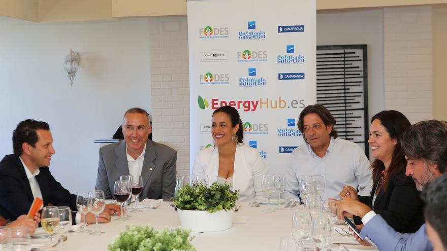 La portavoz de Ciudadanos en el Ayuntamiento de Madrid, Begoña Villacís, junto al periodista y moderador Evelio Portillo en el Hotel Parque de Las Palmas de Gran Canaria.