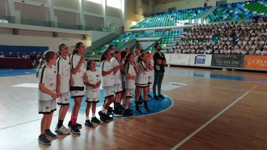 Equipo femenino de minibasket 2007 del CB Santa Cruz, campeón de Tenerife este año, en la gala del domingo