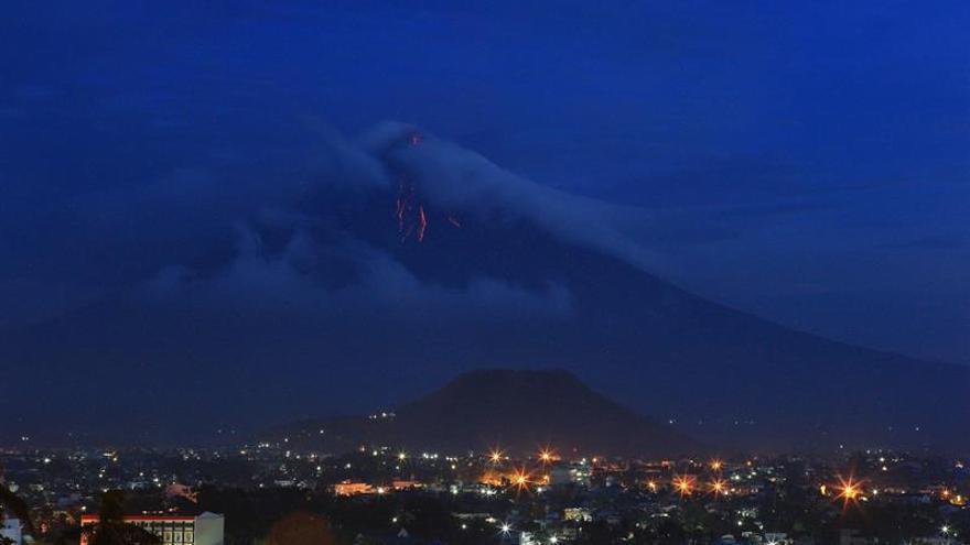 Más de mil evacuados al hacer erupción un volcán en Filipinas