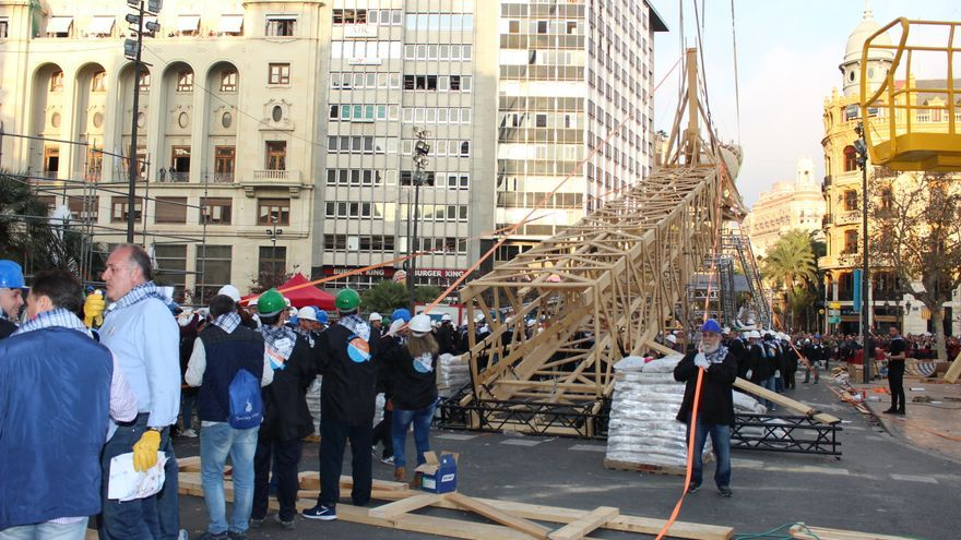 La plantà 'al tombe' de la falla municipal de Valencia.