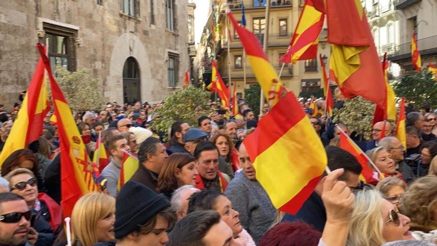 Manifestantes convocados por 'España Existe' frente al Palau de la Generalitat.