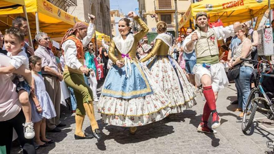 Imagen de la dançà junto al mercadillo solidario y la Lonja en una edición anterior de los Jocs Solidaris