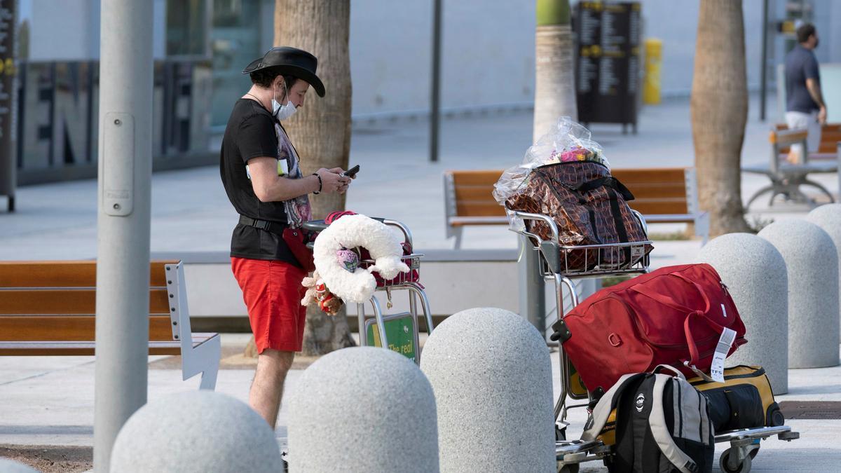 Llegada de turistas al aeropuerto de Tenerife Sur. EFE/Miguel Barreto/Archivo