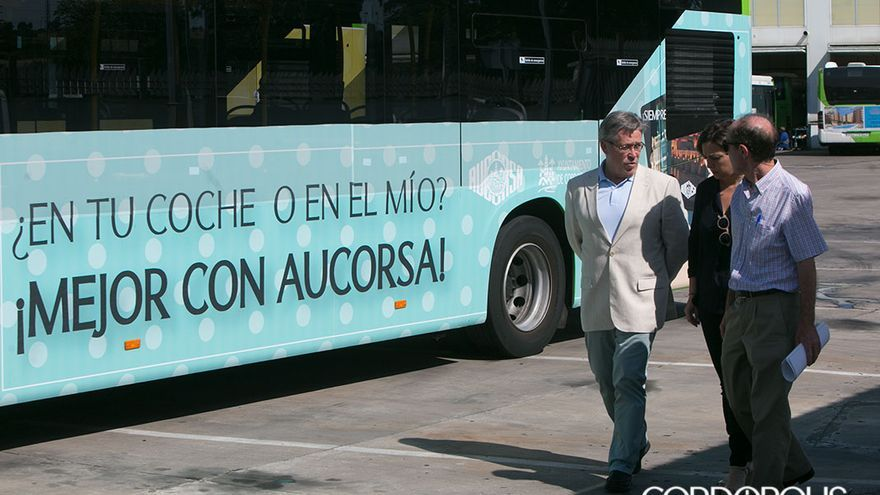 La alcaldesa, entre el gerente y el presidente de Aucorsa | MADERO CUBERO