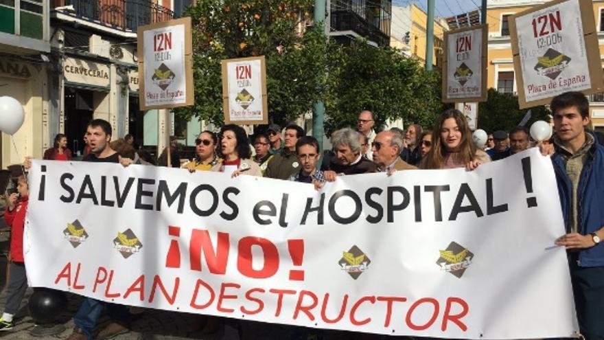 Medio millar de pacenses se manifiesta en defensa del Hospital Provincial de Badajoz