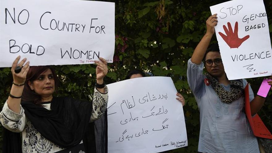 Imagen de archivo que muestra a varios paquistaníes mientras sostienen pancartas durante una protesta contra los crímenes de honor en Islamabad, Pakistán.   EFE
