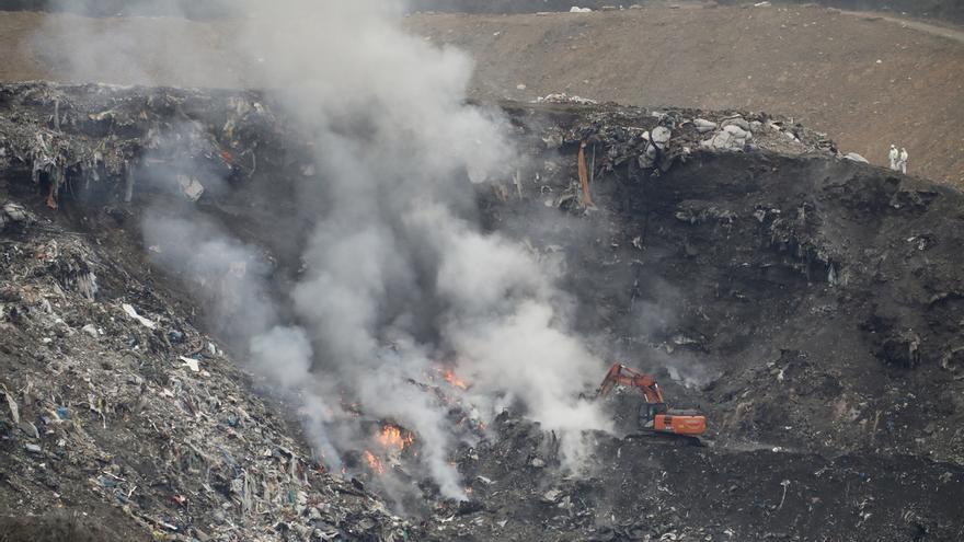 Extinguido el fuego que se había reactivado esta noche en lo alto del vertedero de Zaldibar
