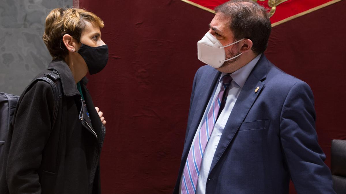 La presidenta de Navarra, María Chivite, conversa con el presidente del Parlamento foral, Unai Ualde