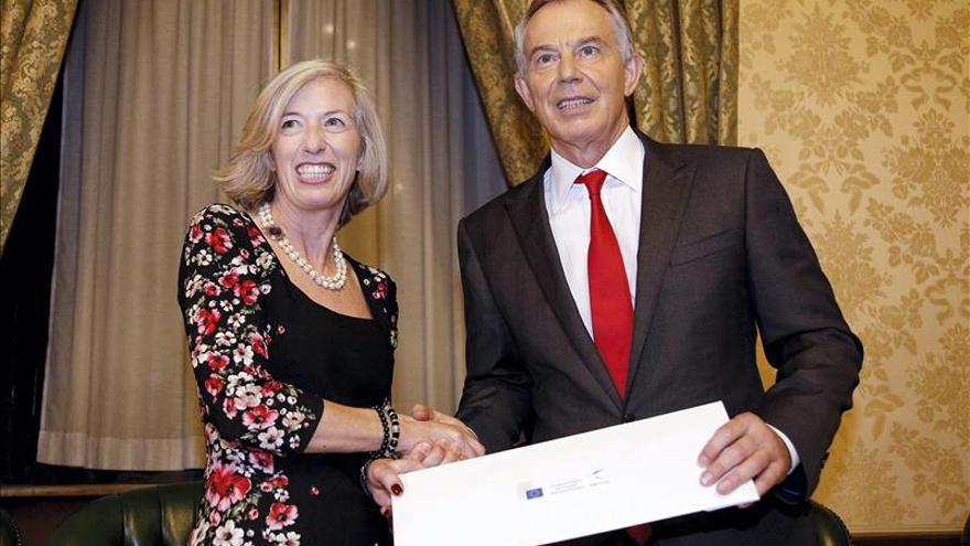 Cien mil firmas piden que Save the Children retire un polémico premio a Blair