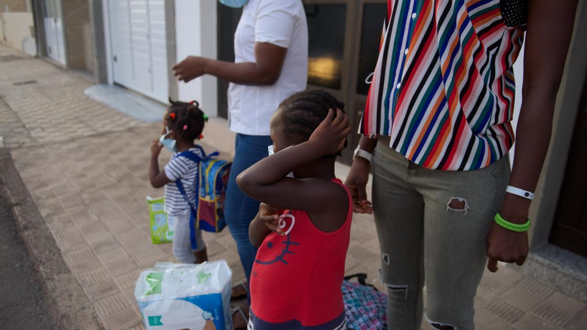 Un grupo de niñas el día del reencuentro con sus madres en Fuerteventura después de tres meses separadas.