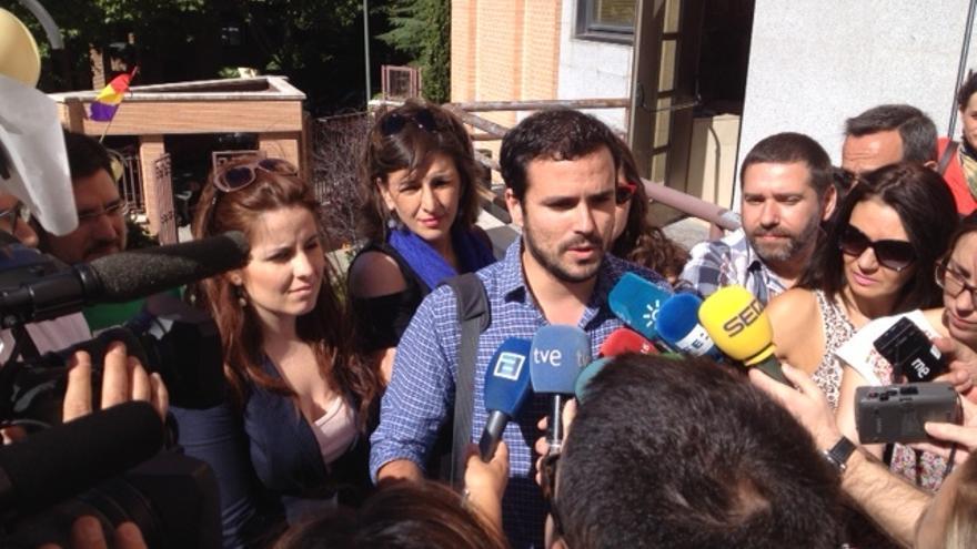 El diputado Alberto Garzón, con Esther López Barceló, Yolanda Díaz, Lara Hernández y Javier Couso, entre otros, en la sede de IU en Madrid.
