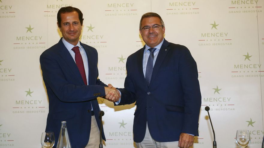 Óscar González, director de Marketing Global del Grupo Iberostar; y Félix Hernández, presidente aurinegro.