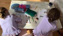Imagen de las dos niñas haciendo tareas escolares