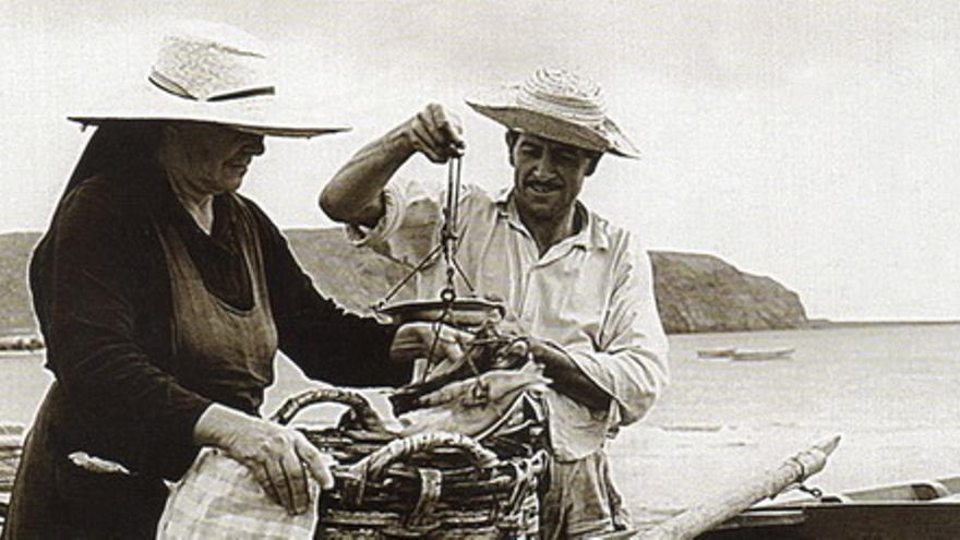 Pescadora desconocida con el pescador Eladio Alayón Valentín, en Los Cristianos