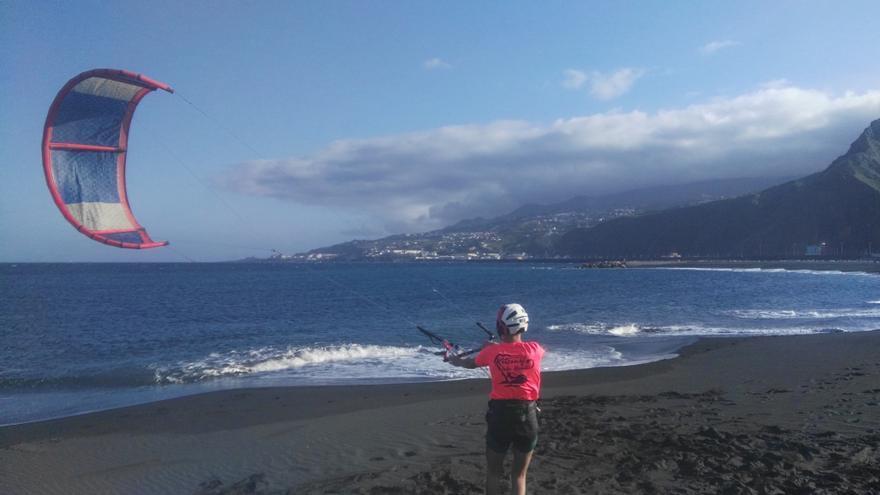 Práctica de kitesurf en la playa de Santa Cruz de La Palma.